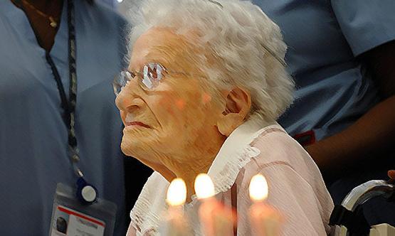 สตรีวัย 106 ปีเผยเคล็ดของการมีอายุยืนเป็นสาวบริสุทธิ์